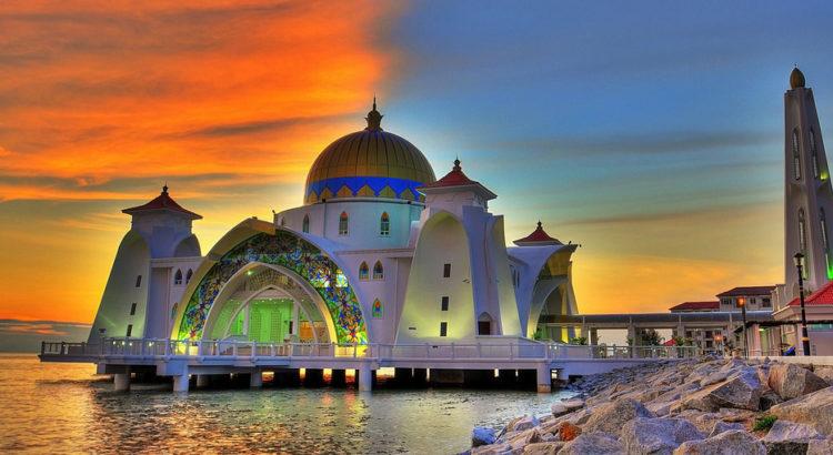 Символ города - плавучая мечеть Melaka Straits Mosque