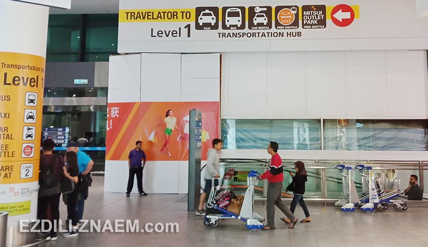 указатели на автобусную остановку в аэропорту Куала-Лумпур