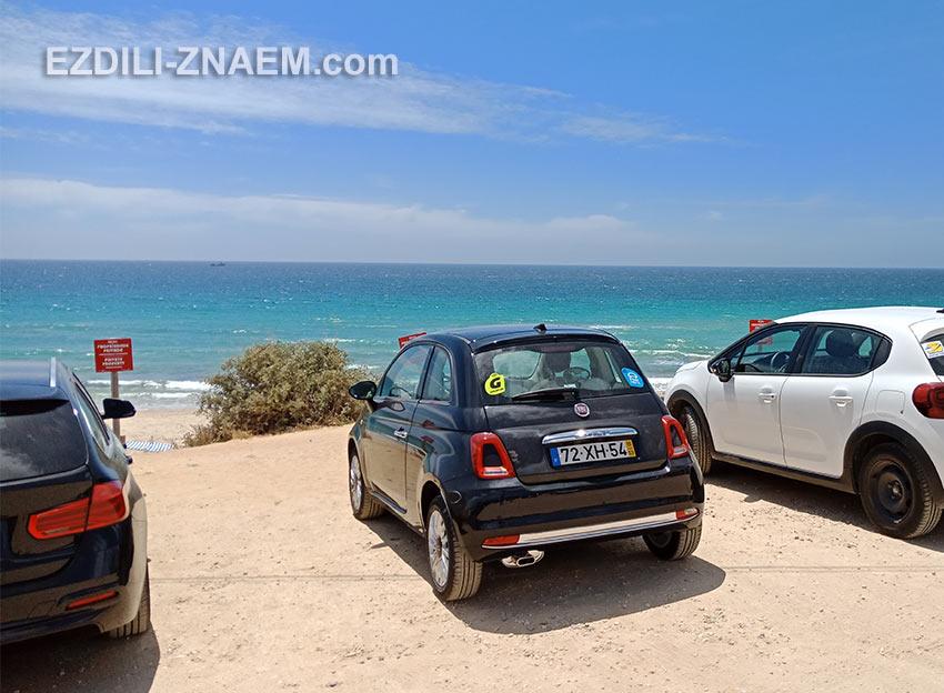 арендованные машины около пляжа в Портимао