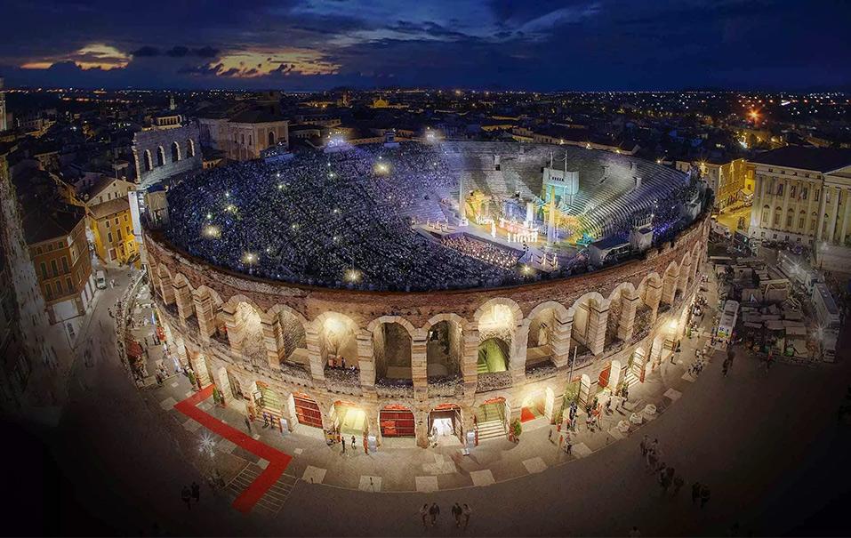 Опера на сцене Арена-ди-Верона вечером