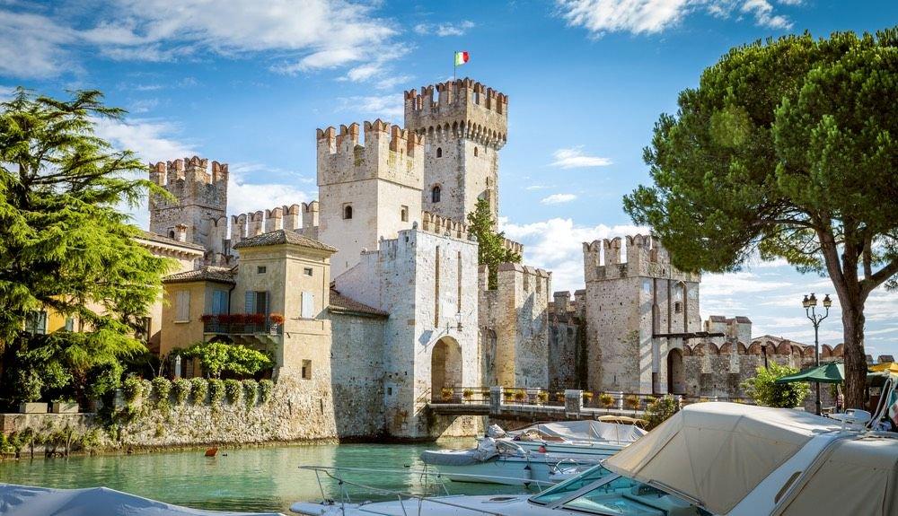 На фото Замок Скалигеров. Сирмионе, находится недалеко от Вероны
