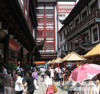 Квартал сувенирных лавок перед садом Юй Юань в Шанхае