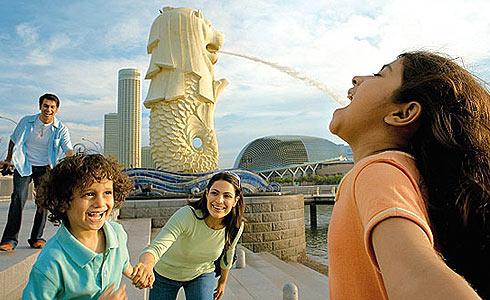 Туристы позируют в Сингапуре