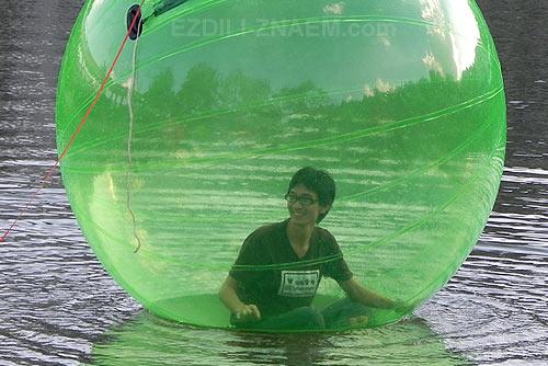 В шаре по озеру. В зоопарке