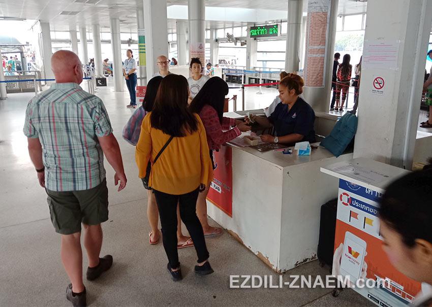 Касса билетов на речной трамвай по реке Чао Прайя в Бангкоке