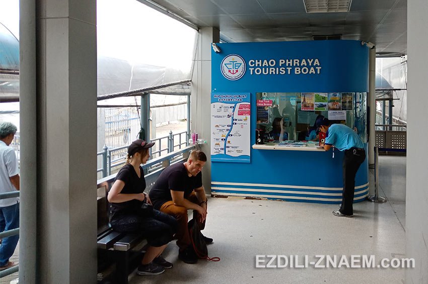 Касса билетов на туристические корабли по реке Чао Прайя в Бангкоке