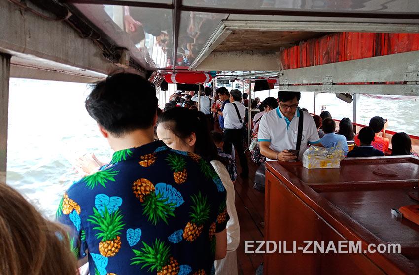 Прогулка на речном трамвае по реке Чао Прайя в Бангкоке