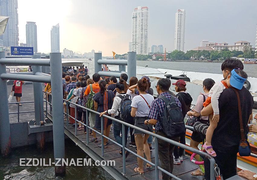 Посадка на речной трамвай на реке Чао Прайя в Бангкоке