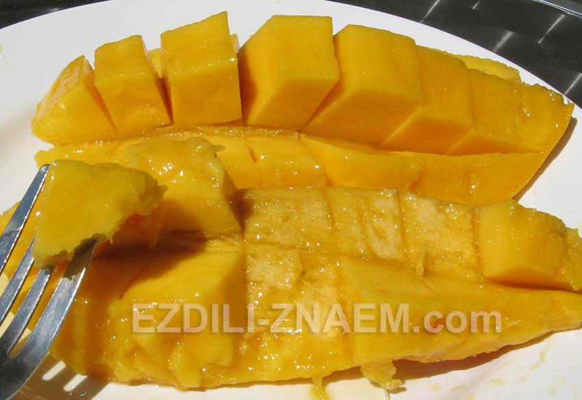 есть манго удобнее всего вилкой