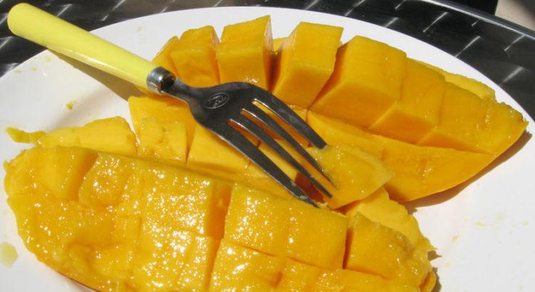 Как едят фрукт манго в Таиланде. Фото
