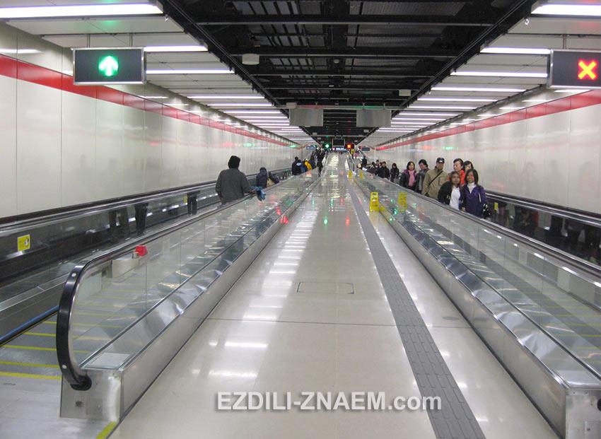 травелатор в переходе метро Гонконга