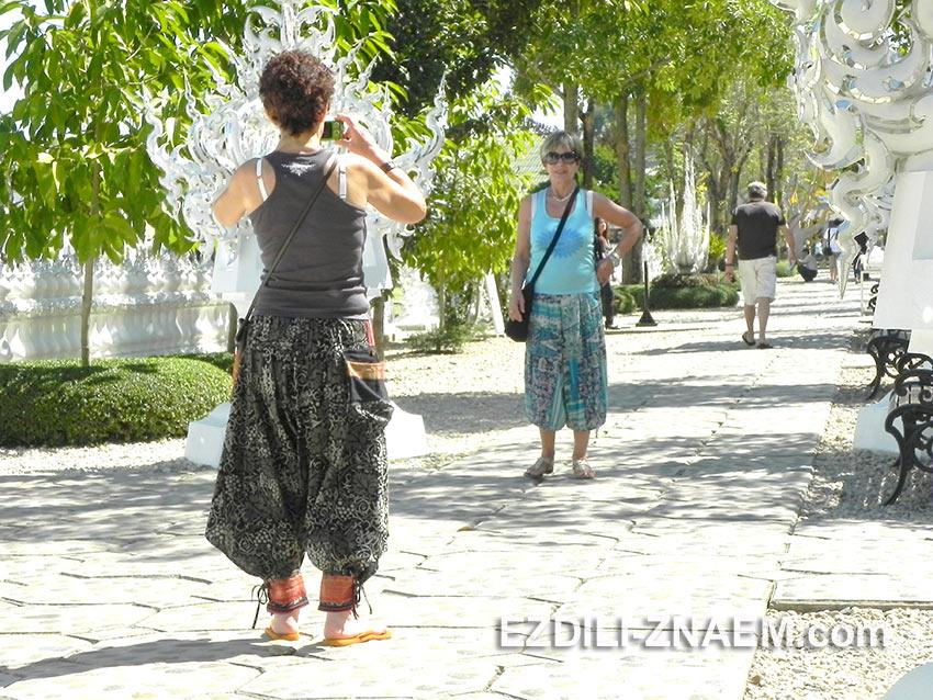 туристы фотографируются около Белого Храма в Тайланде