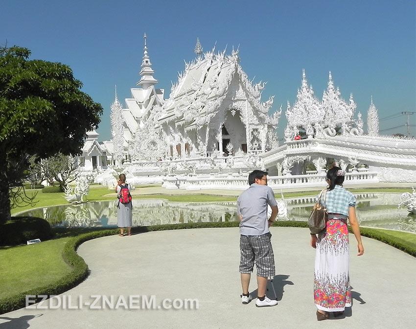 туристы прибыли в Белый Храм, Таиланд
