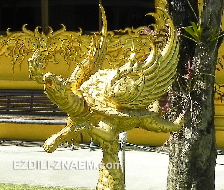 одна из скульптур недалеко от Белого Храма в Тайланде