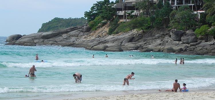 На фото: Отдых на пляже Ката Ной Бич в межсезонье - могут быть волны