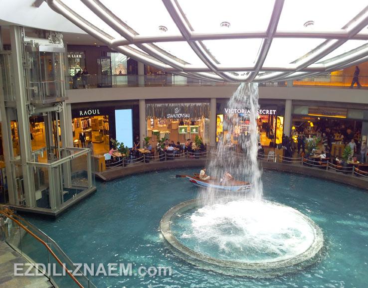 """Достопримечательности в Сингапуре. На фото """"перевернутый"""" фонтан на Марина Бей"""