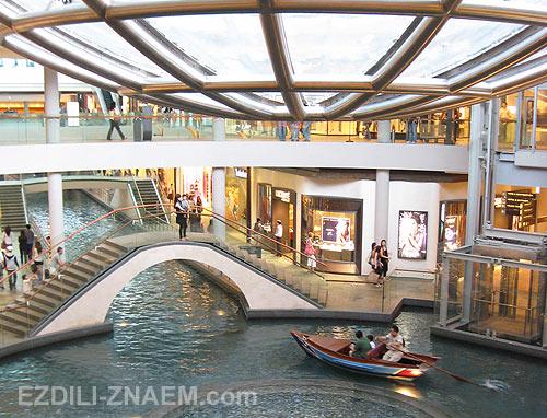 Сингапур. Марина Бэй. Фонтан в шоппингцентре