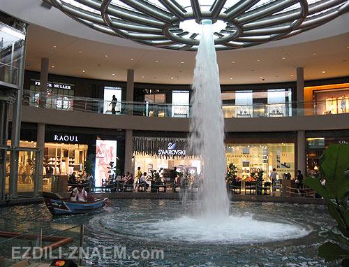 Сингапур. Марина Бей. Фонтан в шоппинг молле