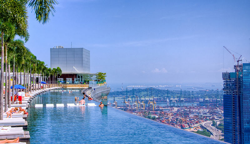 Удивительный бассейн на крыше отеля Марина Бэй Сэндс в Сингапуре