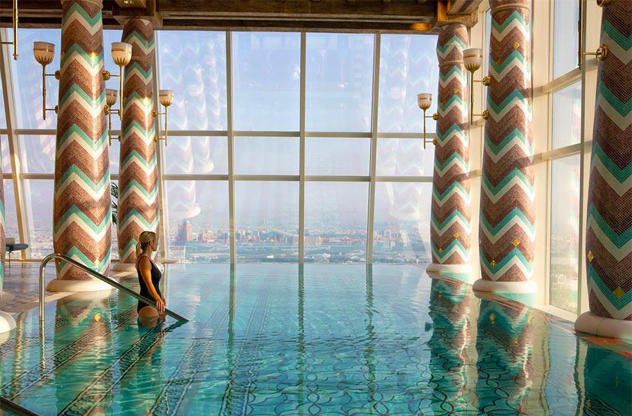 красивейший бассейн  с видом на море в отеле Burj Al Arab в Дубаи