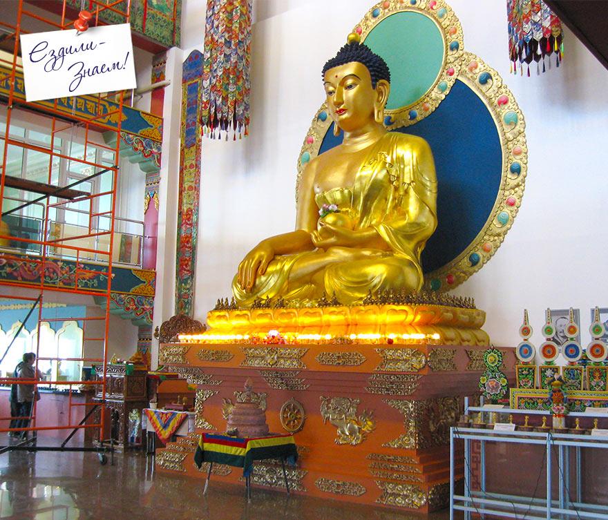 """Золотой Будда внутри буддийского Дацана """"Рингпоче Багша"""""""