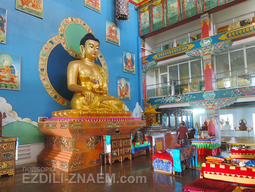 Золотой Будда в буддийском дацане Ринпоче Багша в Улан-Удэ