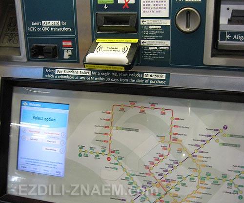 На фото: билетный автомат в метро Сингапура