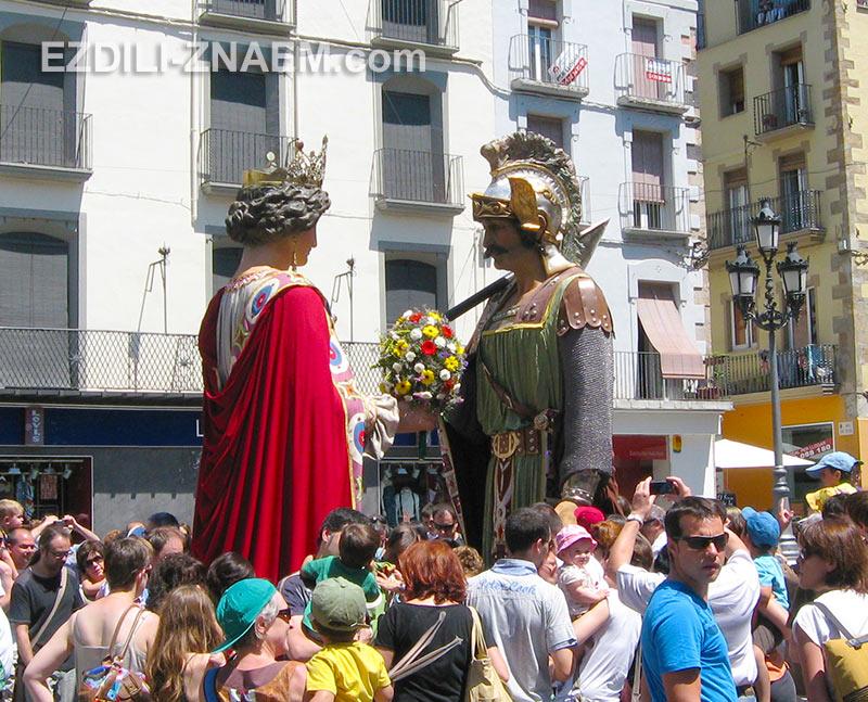 праздник Гигантов на улицах Олота. Каталония, Испания