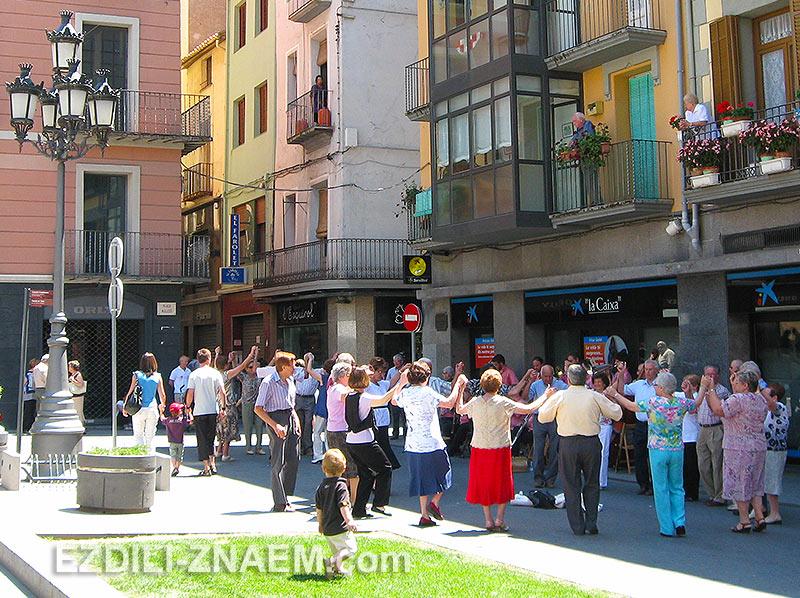 горожане танцуют на улице Олота