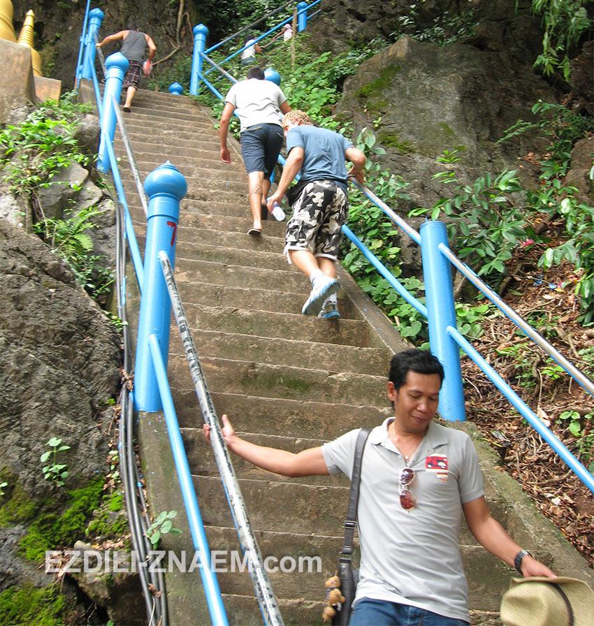 туристы на лестнице на вершину Тигровой горы