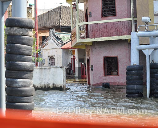 Наводнение в Тайланде. На берегу реки Чао Прайя в Бангкоке