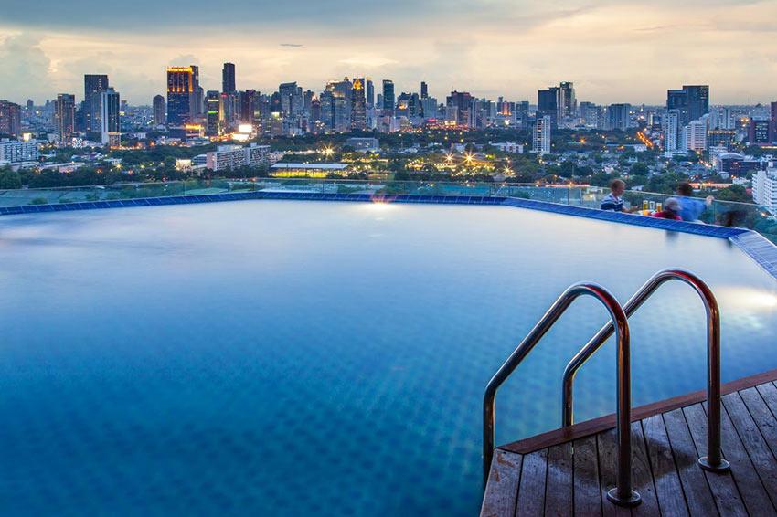 Вид из бассейна на крыше отеля Column Bangkok