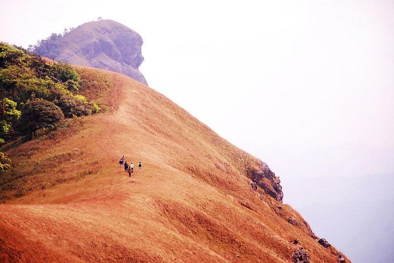 туристы на склоне горы Дои Мон Чонг в Чианг Май