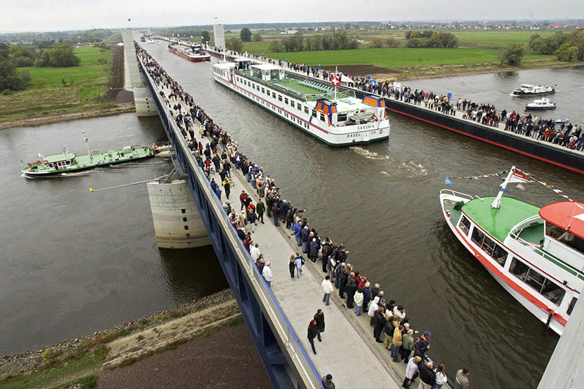 необычный судоходный мост в Германии, Магдебург