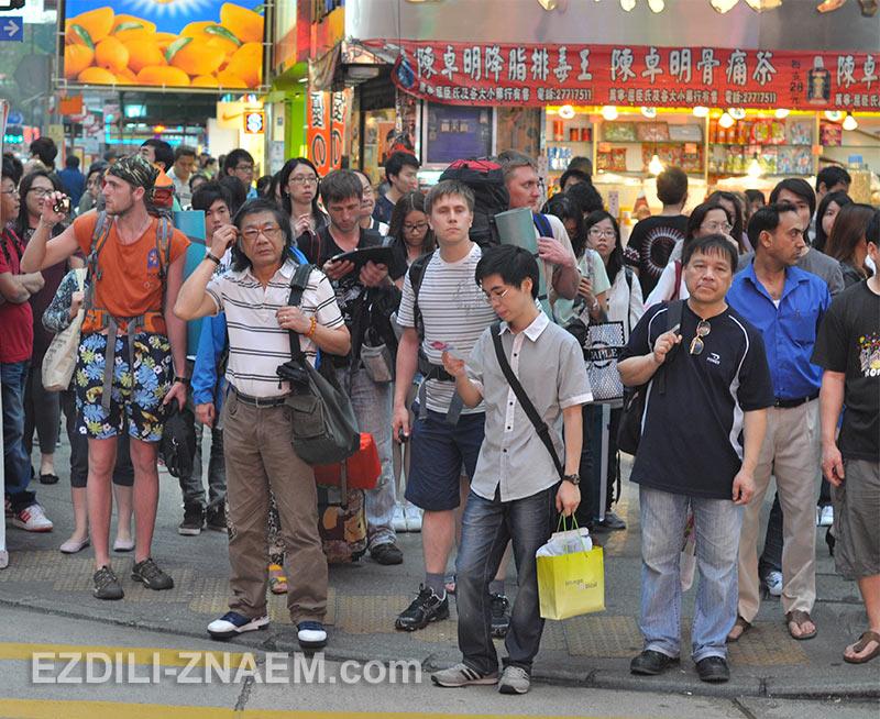 Толпы китайцев в Гонконге