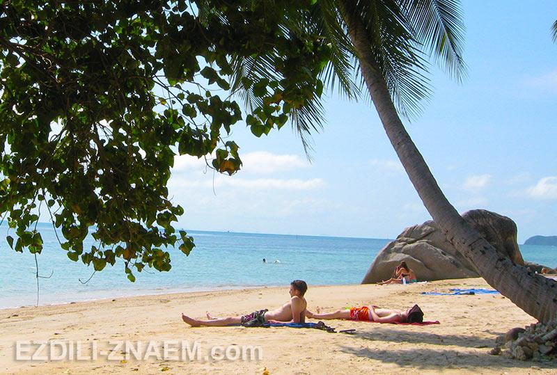 туристы на пляже острова Панган в Тайланде