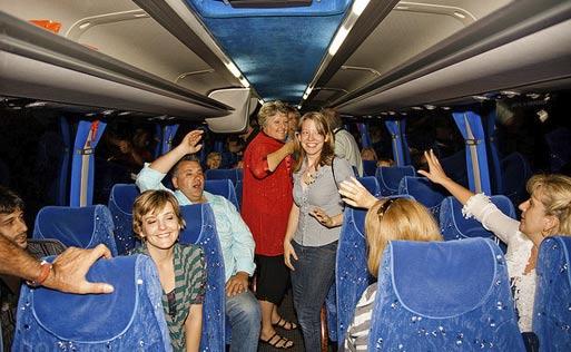 Автобусный тур по Европе. Туристы садятся в автобус