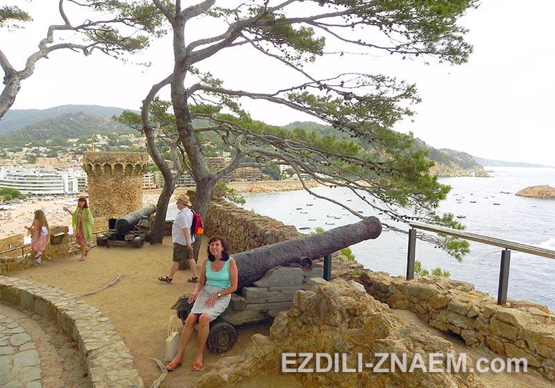 вид с горы на бухту Тосса де Мар в Испании