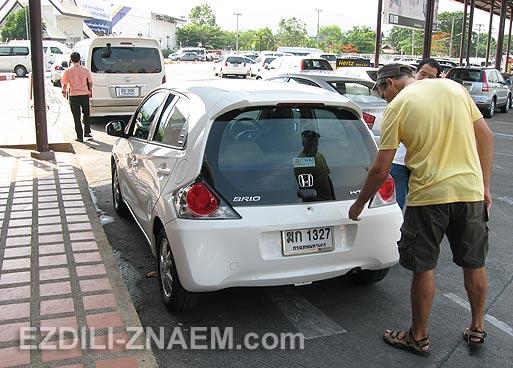 На фото: осмотр арендованного автомобиля в аэропорту Чиангмая