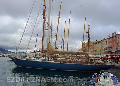 Большие яхты в гавани Сан Тропе. Франция
