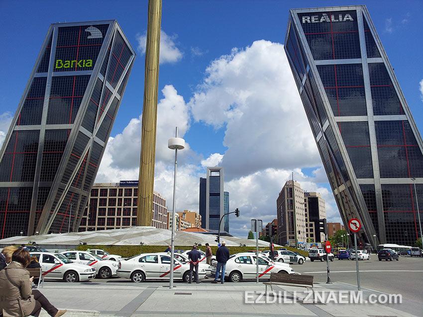 гнутые небоскребы в районе Чамартин в Мадриде