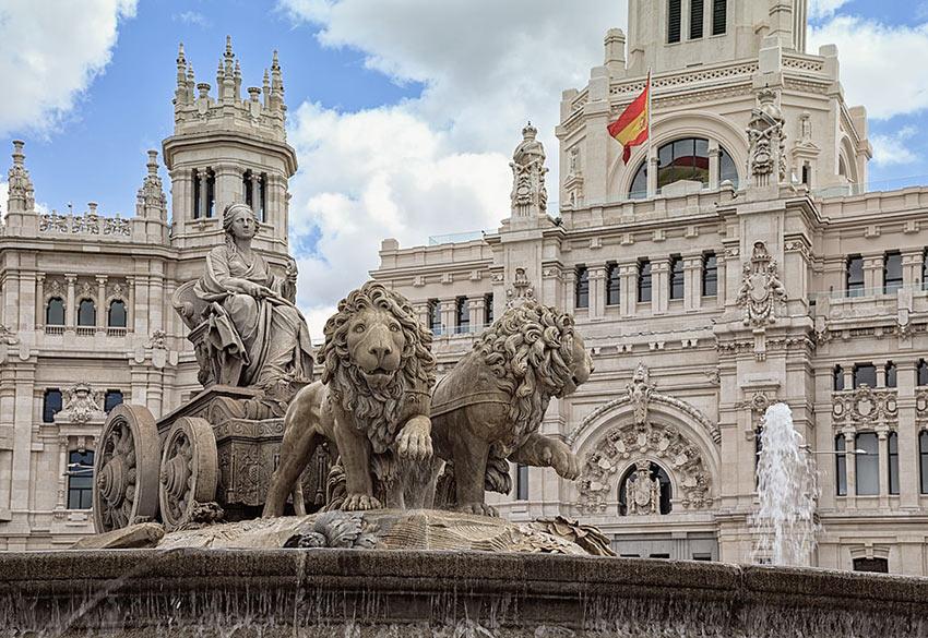 Фонтан со львами и колесницей на Площади Сибелес