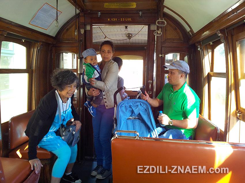 вся отделка внутри трамвая - деревянная