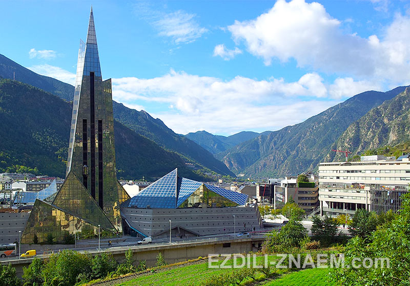 Андорра Ла Велла - город в долине среди гор