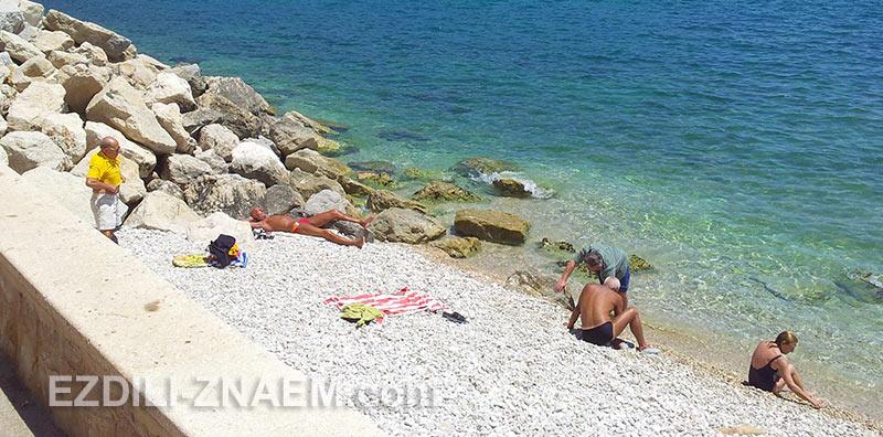 в Испании много галечных пляжей