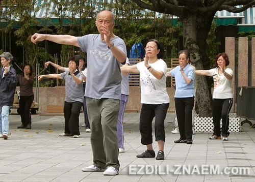 На фото: утренние занятия тайци-цюань в Гонконге
