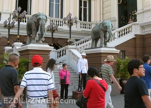 Гвардеец у входа в королевскую резиденцию. Бангкок