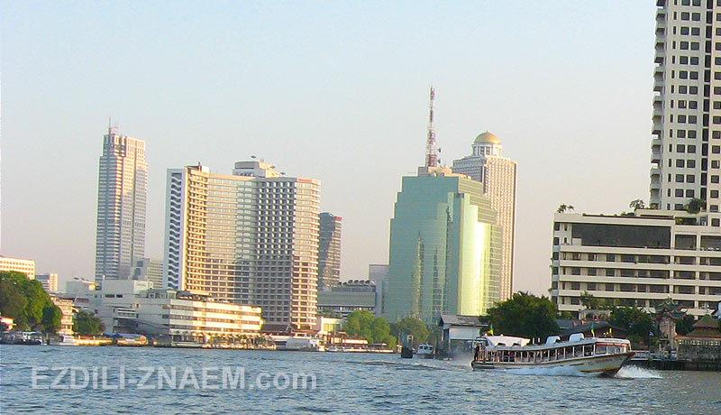Речной трамвай по реке Чаопрайя в Бангкоке