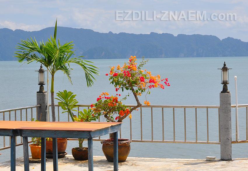 вид на залив с террасы сифудного ресторана в Laem Sak