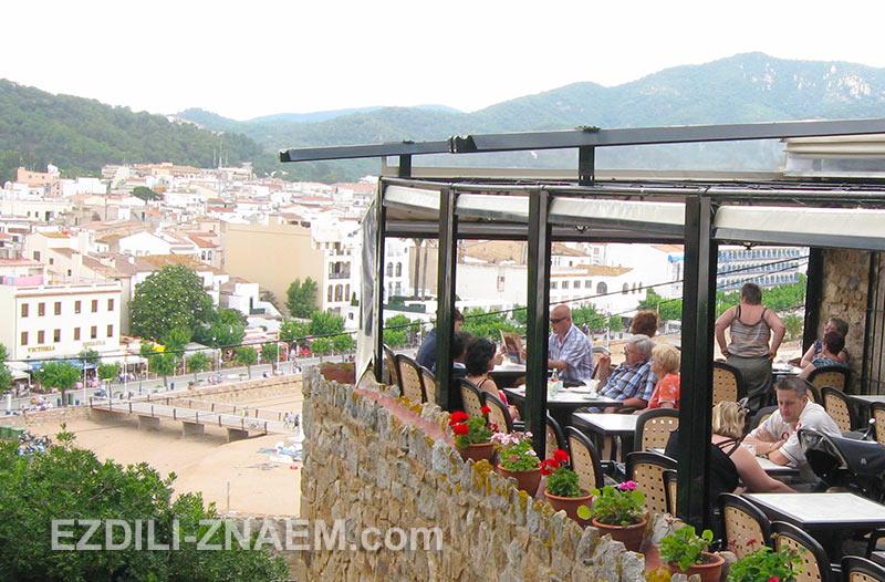 На фото: кафе с видом в Тосса-де-Мар, Испания